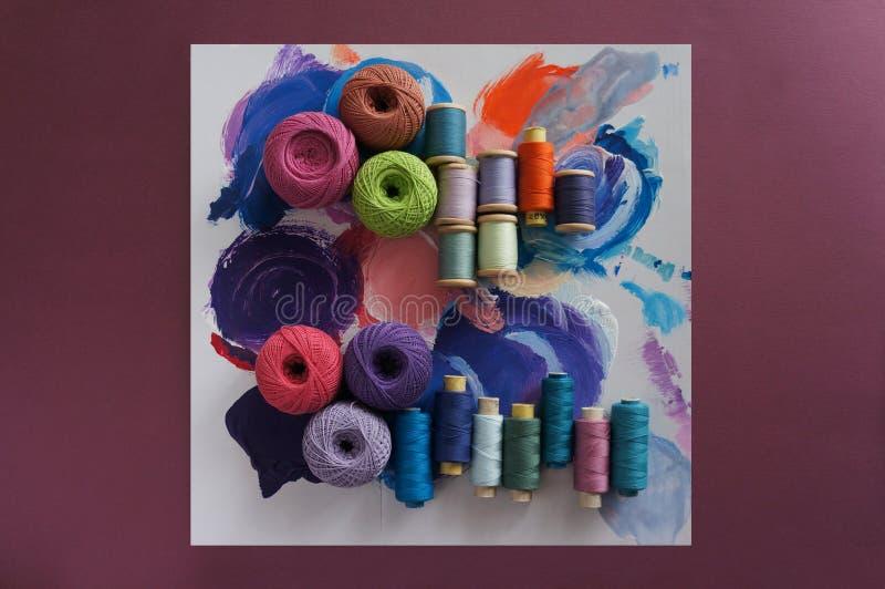 Hilados de los hilos para hacer punto en diversos colores en una paleta fotografía de archivo libre de regalías