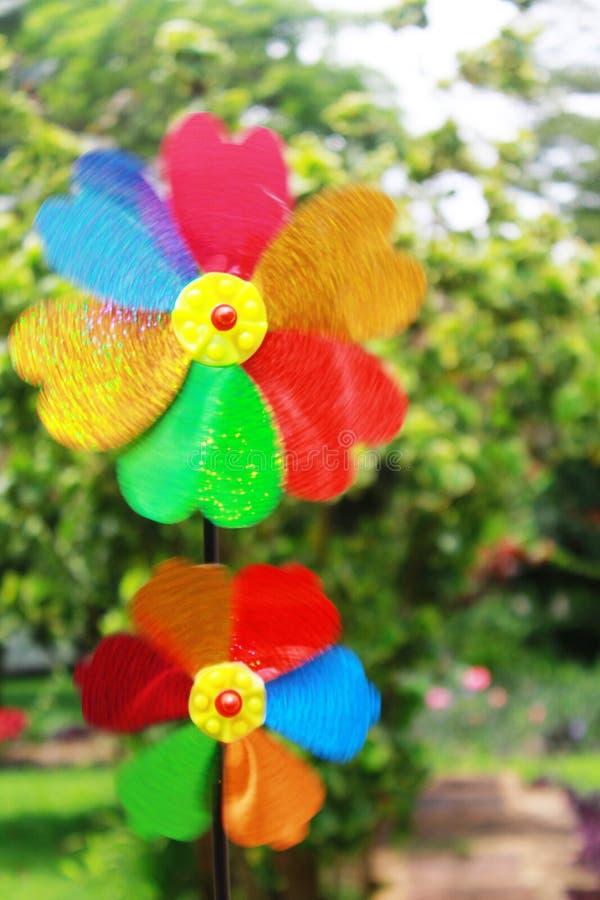 Hilandero de la flor del molino de viento del arco iris fotos de archivo