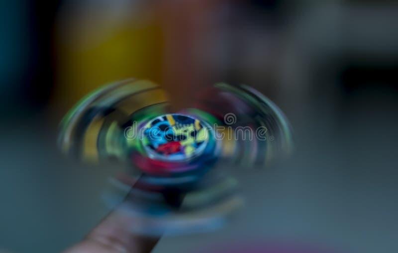 Hilandero de la persona agitada - haciendo girar en un finger fotografía de archivo