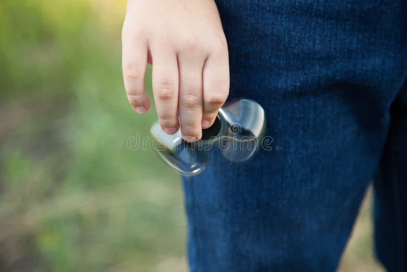 Hilandero en la mano de una naturaleza del niño en un día de verano imagen de archivo libre de regalías