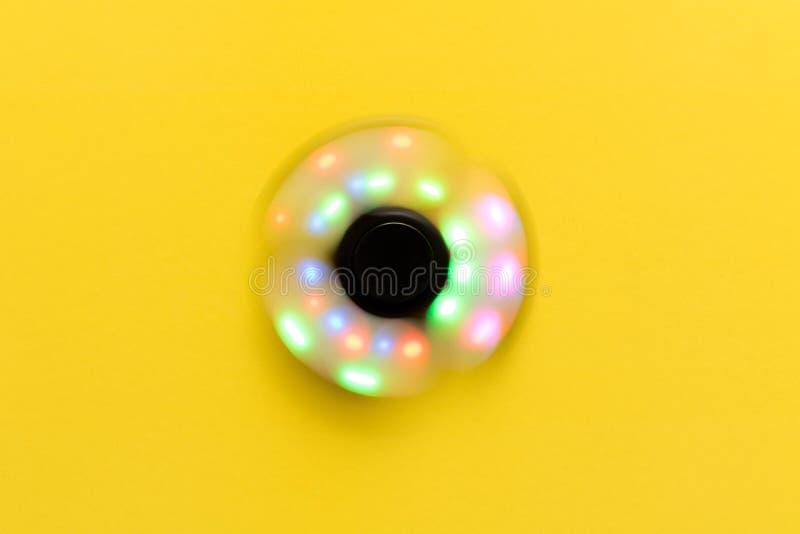 Hilandero que brilla intensamente giratorio Aislado en fondo amarillo imágenes de archivo libres de regalías