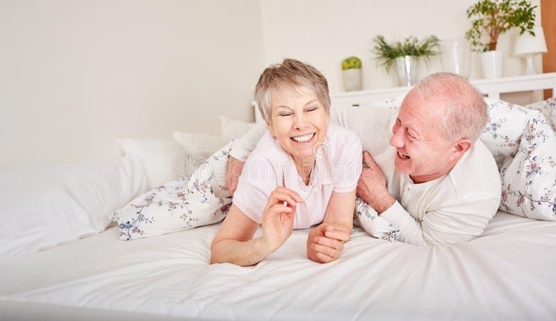 Hilariuos lyckliga pensionärer som har gyckel royaltyfri bild