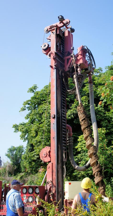 Hildesheim lägre Sachsen, Tyskland - Juli, 17, 2013: Borrande med en mekanisk torr borranderigg arkivfoto