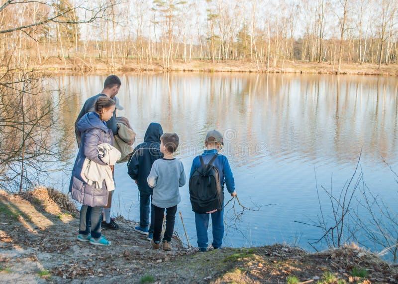 Hildren идя весной лес на озеро стоковые изображения