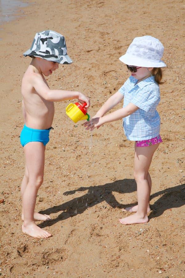 ?hildren en la playa fotografía de archivo