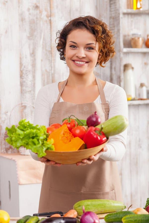 Hilfe sich bei diesem wunderbaren farbigen Lebensmittel lizenzfreie stockfotografie