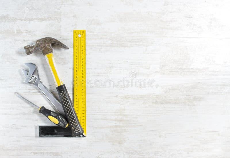 Hilfsmittelset für Bauarbeit über Holz lizenzfreies stockfoto