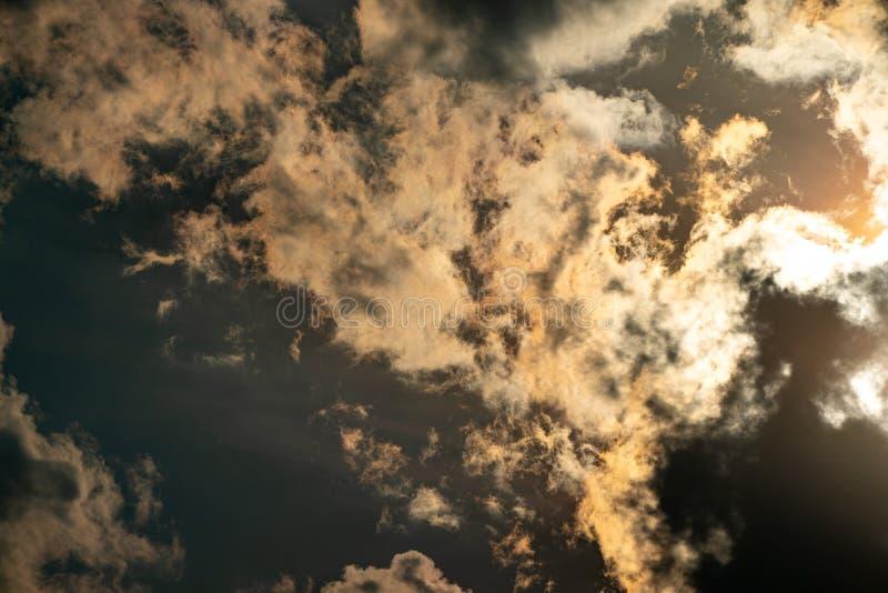 Hilight-Goldlicht im Himmelreflex zur Wolke stockfotografie