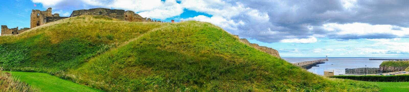 Hill και καταστροφές του κοινοβίου και του Castle Tynemouth και είσοδος στο Τ στοκ εικόνα με δικαίωμα ελεύθερης χρήσης