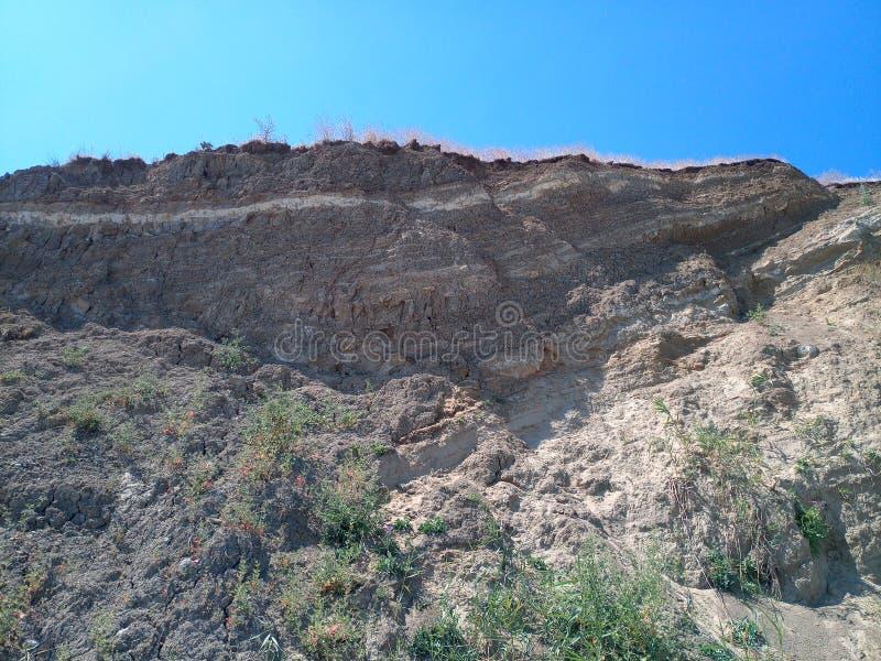 Hill με τον απότομο βράχο, στρώματα του αργίλου και του χώματος στοκ εικόνες με δικαίωμα ελεύθερης χρήσης
