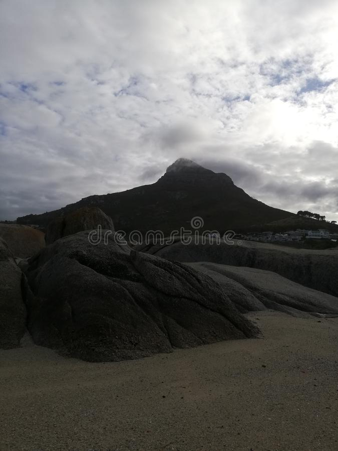 Hill σημάτων που καλύπτεται στο σύννεφο στοκ εικόνες