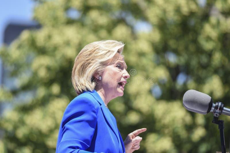 Hillary Clinton skriver in primärt royaltyfri fotografi