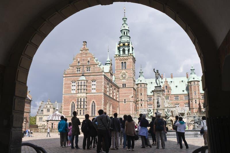 Hillerod, Danimarca: turisti al castl di Frederiksborg fotografia stock