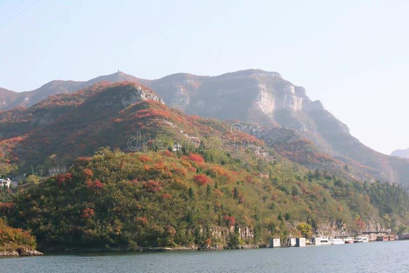 Hills langs het waterfront in Qingtianhe Scene Spot, China stock fotografie