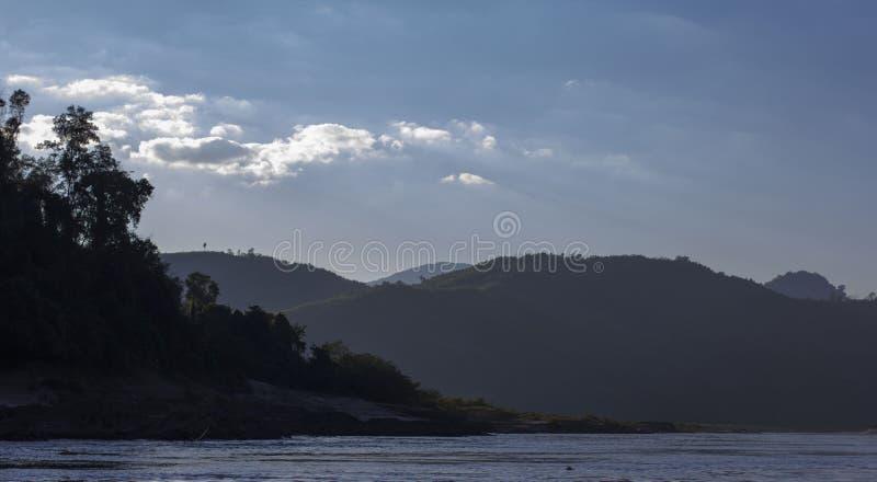 HillView på Mekong River royaltyfri bild