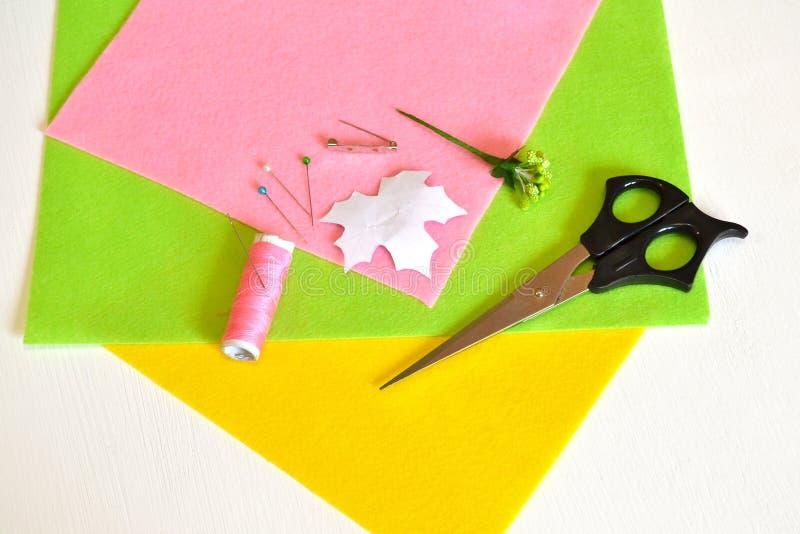 Hilo, aguja, perno, tijeras, una hoja de la plantilla, fieltro, con base metálica para el brooche - cómo hacer la broche hecha a  fotos de archivo libres de regalías