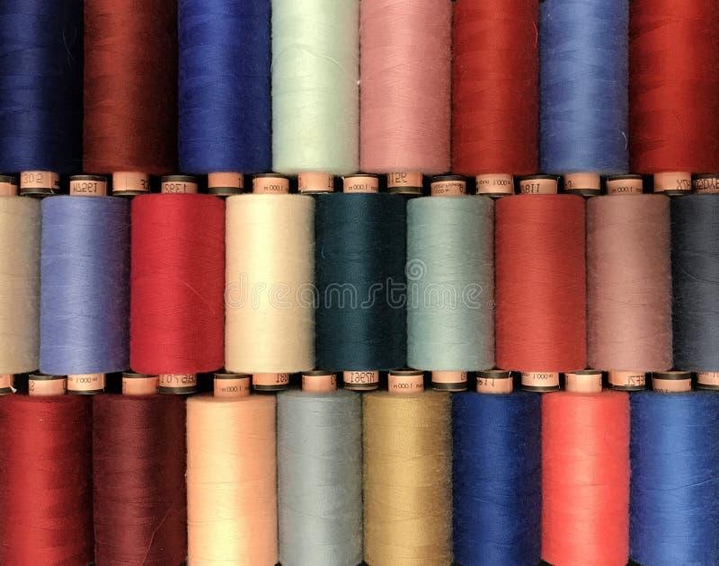 Hilo coloreado para coser en carretes foto de archivo libre de regalías
