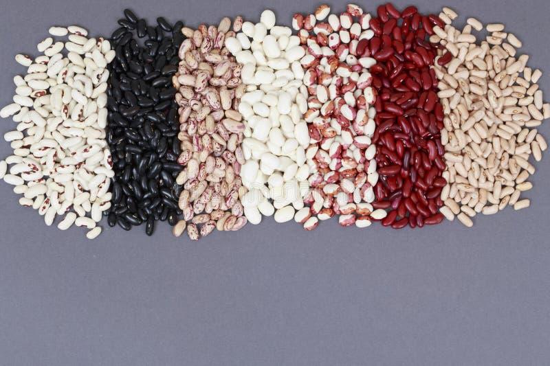 Hilo multicolores Legumbres en un fondo gris con el espacio para el texto fotografía de archivo