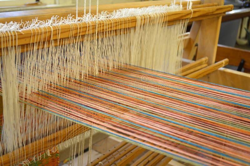 Hilos coloridos del algodón en el telar tradicional imágenes de archivo libres de regalías
