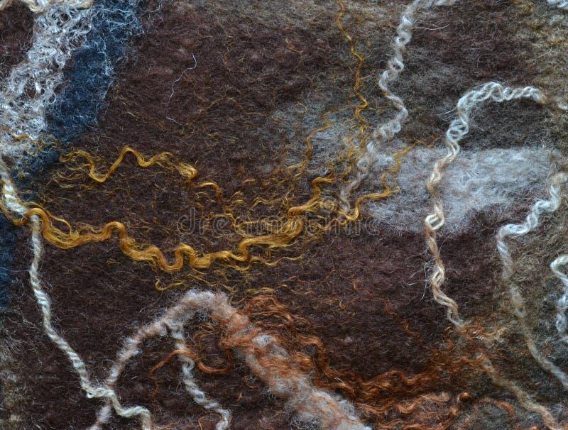 Hilos de color marrón oscuros mullidos de las lanas de Felted entrelazados imagen de archivo