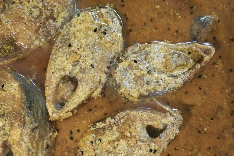Hilsa vissenstukken op een plaat stock afbeeldingen