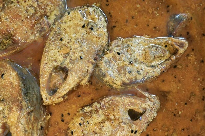 Hilsa vissenstukken op een plaat stock foto