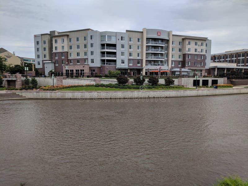 Hilton Garden Inn en la orilla del río Eastside imagen de archivo