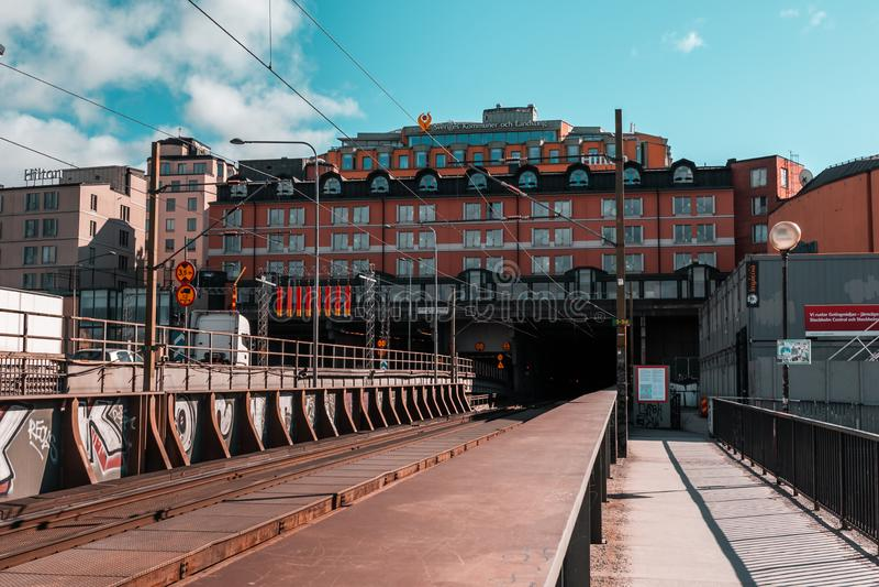 Hilton hotel nad tunelowy wejście dla linii kolejowej i samochodów na pogodnym wiosna dniu obrazy royalty free