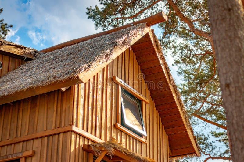 HILVARENBEEK, PAÍSES BAIXOS - 1º DE AGOSTO DE 2018: Ser de madeira das cabanas rústicas de madeira foto de stock