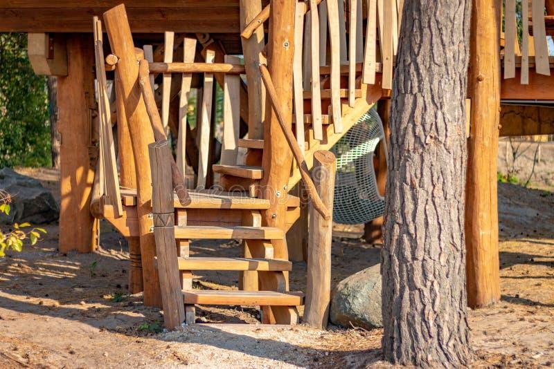 HILVARENBEEK, PAÍSES BAIXOS - 1º DE AGOSTO DE 2018: Ser de madeira das cabanas rústicas de madeira fotografia de stock royalty free