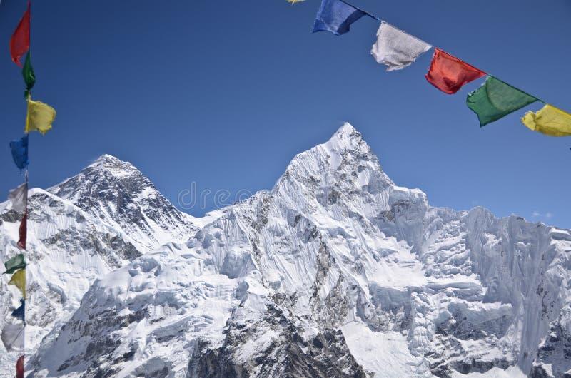 Himalaja-Berge und buddhistische betende Markierungsfahnen lizenzfreies stockfoto