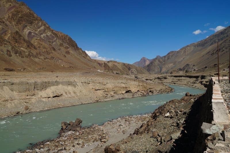 Himalaja-Berglandschaft mit Fluss, Leh, Indien stockfotos