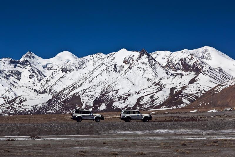 Himalaja-Berglandschaft und China-staatliche Autobahn in Tibet lizenzfreies stockbild