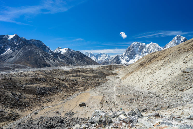 Himalaja-Berglandschaft und -spur zu niedrigem Lager Everest, Nepa lizenzfreie stockfotografie
