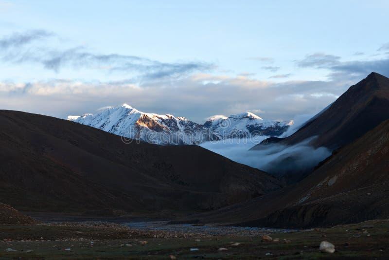 Himalaja-Gebirgslandschaft an der Dämmerung, Nepal stockfotografie