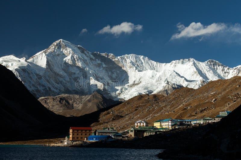 himalaja Gokyo Ri, Berge von Nepal, Schnee bedeckte hohe Spitzen und See unweit von Everest lizenzfreie stockfotografie