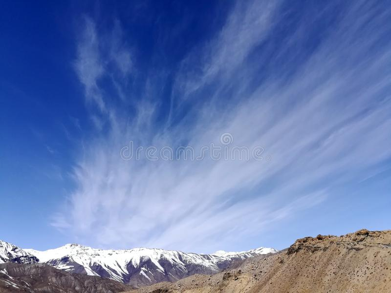 Himalajastrecke unter himmlischem Himmel stockbild