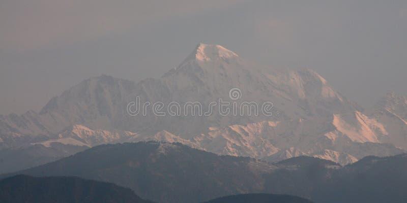 Himalajastrecken, wie bei Kausani, Indien morgens gesehen stockfoto