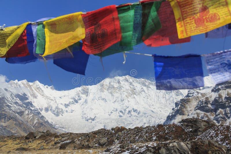 Himalaje Annapurna Jeden halny szczyt i modlitewne flaga, Nepal obraz royalty free