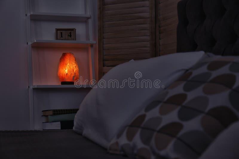 Himalajska solankowa lampa na półce obraz royalty free