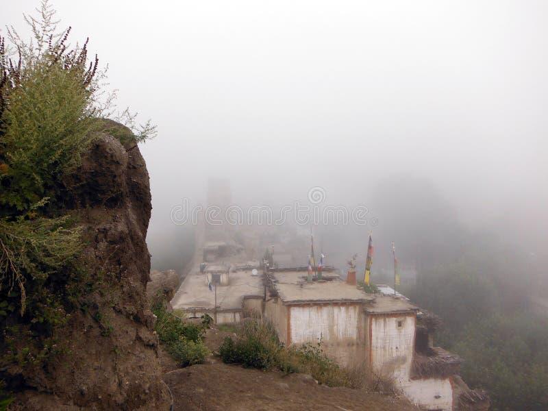 Himalajski miasteczko Okrywający w monsun chmurze fotografia royalty free
