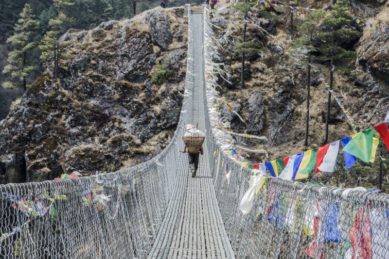 Himalajski sherpa furtian na linowym moscie fotografia royalty free