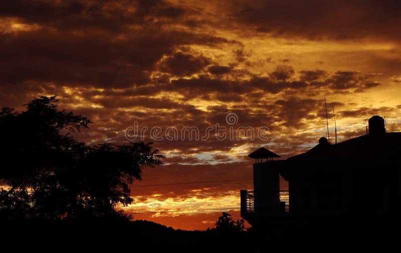 Himalajskiego zmierzchu wibrująca chmura barwi w himalajach India obraz royalty free