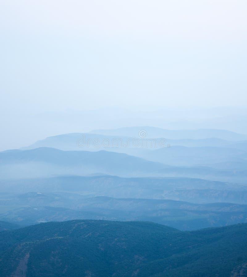 Himalaya de niebla de la madrugada del verano foto de archivo