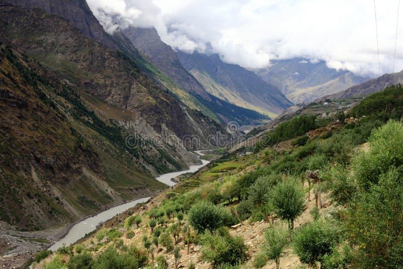Himalayan река горы стоковые изображения rf