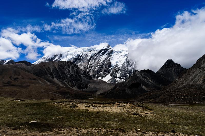 Himalayan bergdal med dramatiska Skyscape på vägen till Gurudongmar arkivbilder