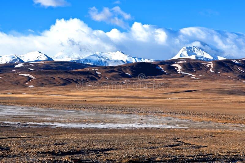 Himalayan berglandskap arkivfoto