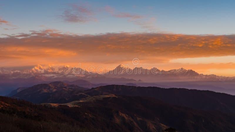 Himalayan bergskedjasoluppgångtid royaltyfria bilder