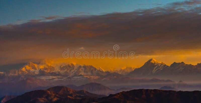 Himalayan bergskedjasoluppgångtid arkivbilder