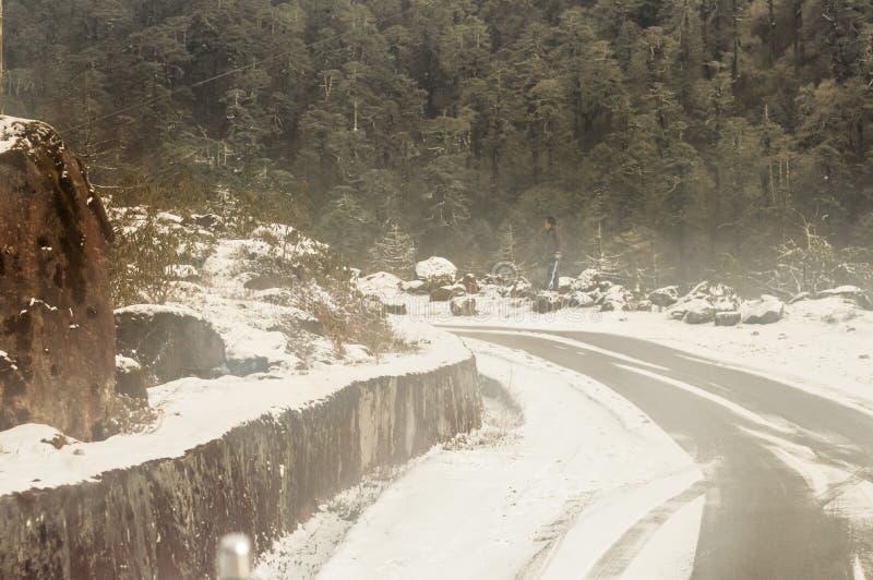 Himalayan bergväg för blåsigt snöig dimmigt halt lerigt plant moment i vinter Leh Manali huvudväg, Jammu and Kashmir, Indien, Asi royaltyfria foton